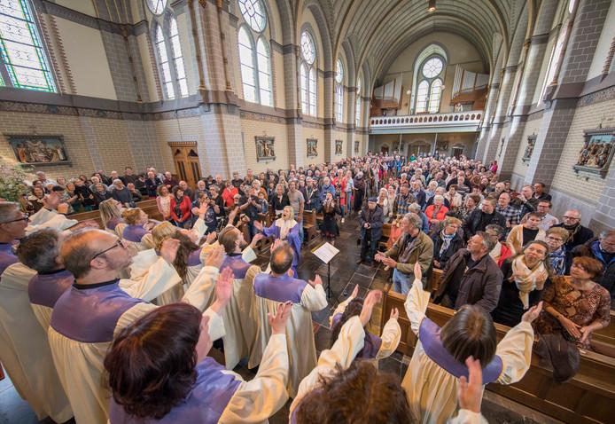 Kerkbezoekers kunnen de muziek van zangeres Dani Wilde (in middenpad) en het Elijah Gospel Choir in de kerk in Kwadendamme wel waarderen.