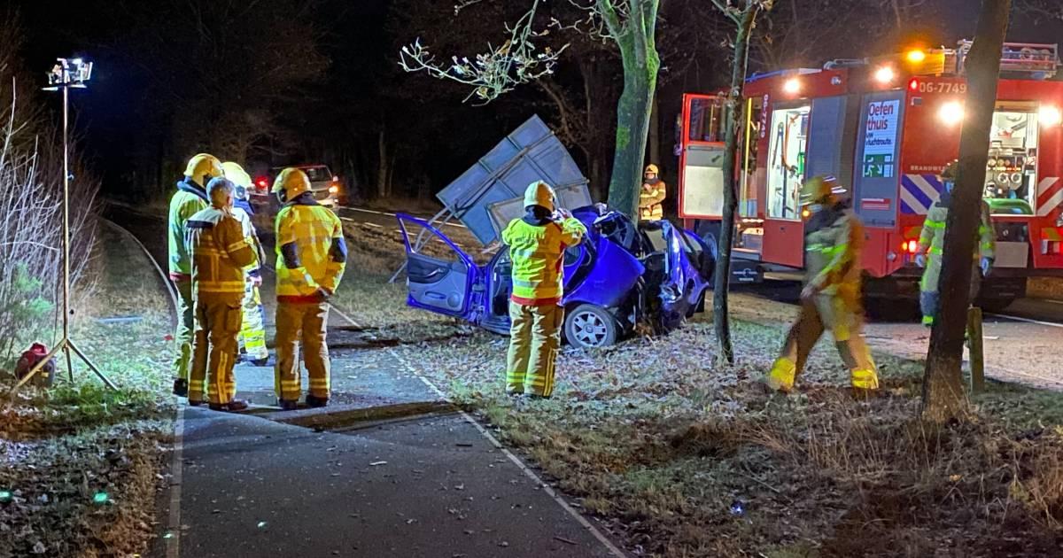Ernstig ongeluk bij Uddel: auto vouwt zich om boom, inzittende zwaargewond.