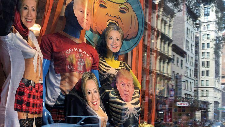 Maskers van beide presidentskandidaten in een Halloween-etalage van een winkel in New York. Beeld REUTERS