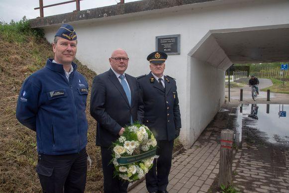 Zonechef Gerritjan Maes, burgemeester Alain Pardaenen brandweerluitenant Walter Frulleux leggen bloemen neer aan de herdenkingsplaat voor de treinramp in Wetteren.