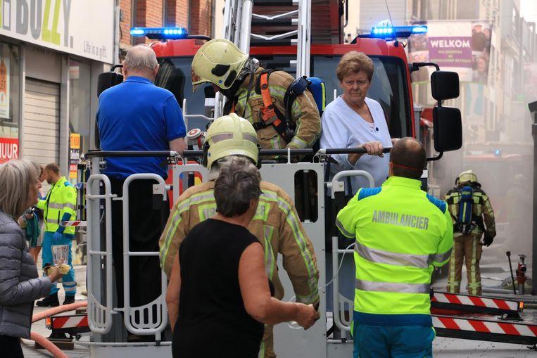 Een dame die slecht te been was, werd met de ladder van de brandweer vanaf de tweede verdieping uit haar flat geëvacueerd.