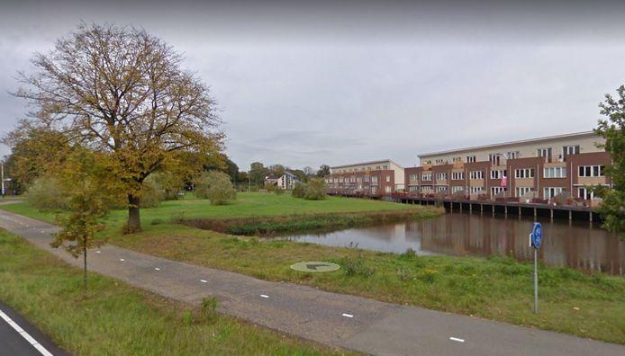 Op dit terrein in Hardenberg moeten 12 woningen worden gebouwd. Voorheen was een appartementencomplex ingetekend. De buren zitten echter niet zo te wachten op nieuwbouw.