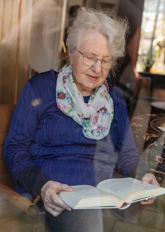 """De 86-jarige Fiene woont zelfstandig en redt zich prima. Maar de deur uit kan nu even niet meer. """"Nu met die coronacrisis dat is erg, maar ik denk dat oorlog nog erger is"""""""