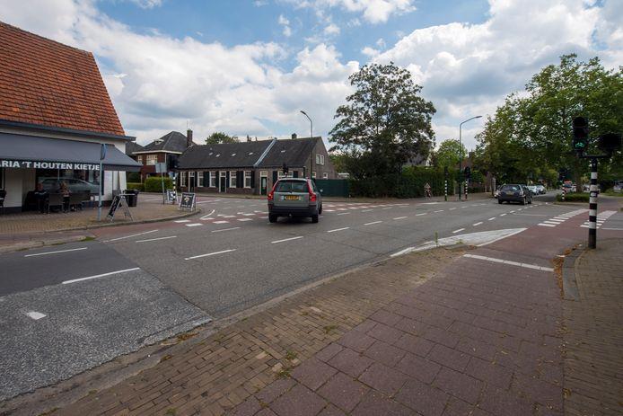 De kruising in Waalre-dorp bij 't Houten Kietje (Wollenbergstraat/Willibrorduslaan). Die kruising en de rest van de weg vanaf daar richting Valkenswaard gaat begin komend jaar flink op de schop. De weg richting Veldhoven volgt later.