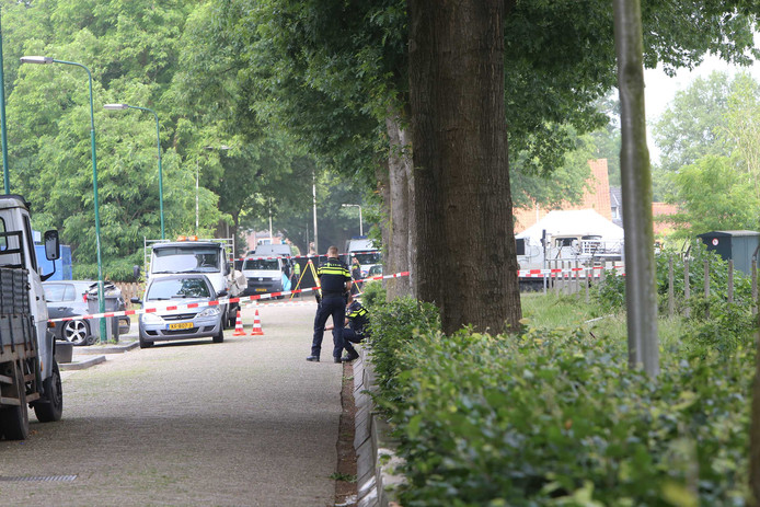 Medewerkers van de politie doen onderzoek in de omgeving van de Hoogheuvelstraat, waar eerder op de dag een man om het leven kwam bij een schietincident.