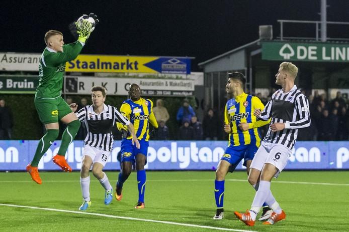 FC Oss keeper Ronald Koeman jr (l) vangt de bal voordat Achilles 29 speler Jop van Steen (2eL) of Achilles 29 speler Eef van Riel (r) gevaarlijk kunnen worden.