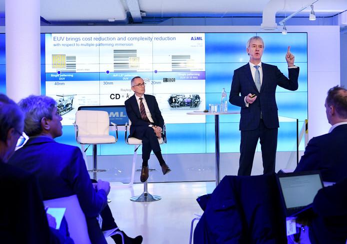 Topman Peter Wennink (r) legt de voordelen van EUV-technologie uit tijdens de persconferentie over de jaarcijfers over 2019.