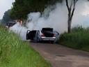 Auto in brand gevlogen op de Veldbeemd in Helmond.