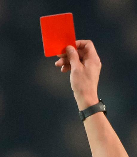 Korfbalcoach probeert gele kaart af te pakken van scheids en krijgt direct rood