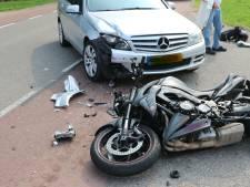 Auto botst op motor in Wijk en Aalburg, motorrijder met spoed naar het ziekenhuis