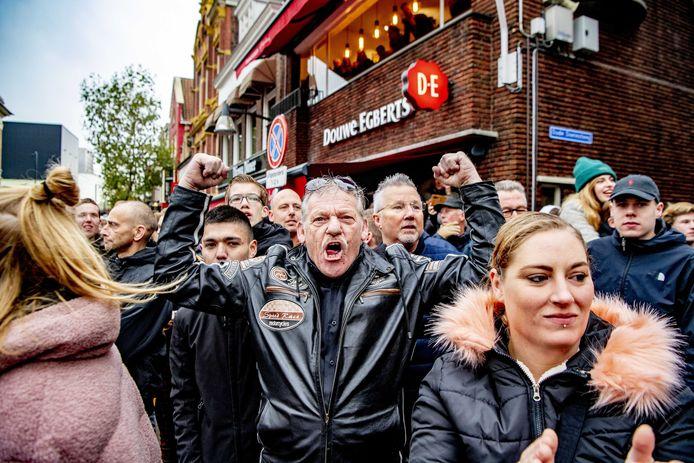 Voorstanders van Zwarte Piet demonstreren tijdens de intocht van Sinterklaas in Leeuwarden.