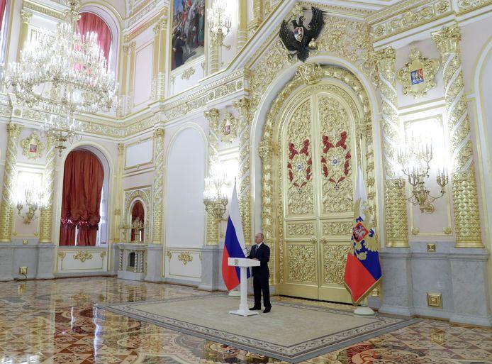 Poetin spreekt de Senaat toe in september. Niemand raakte dichter dan 10 meter bij hem.