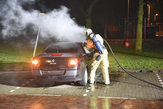 De brandweer was snel ter plaatse, maar de auto kon niet meer gered worden.