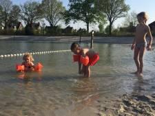 Paasweekend start in Berkel-Enschot met eerste zwempartij