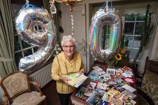 Tientallen kaarten voor Tiny Bartels-Bovee, op initiatief van haar kleindochter.