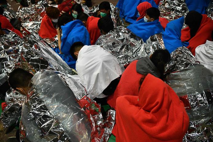 Gewond geraakte betogers wachten op medische hulp.