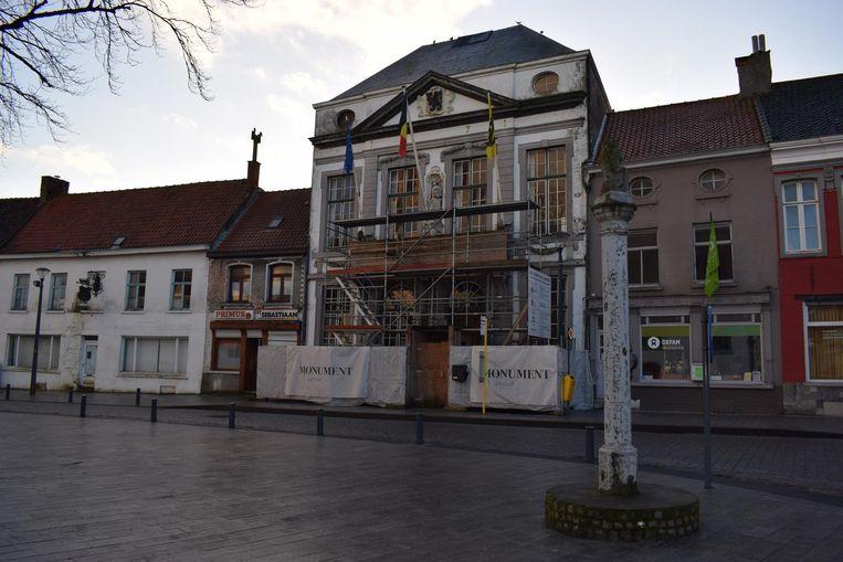 Het oud gemeentehuis wordt een beetje opgelapt, maar een echte restauratie komt er voorlopig niet.