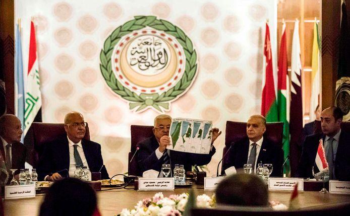 De Palestijnse president Abbas laat tijdens de top in Caïro kaarten zien van de steeds veranderende grenzen van zijn land.