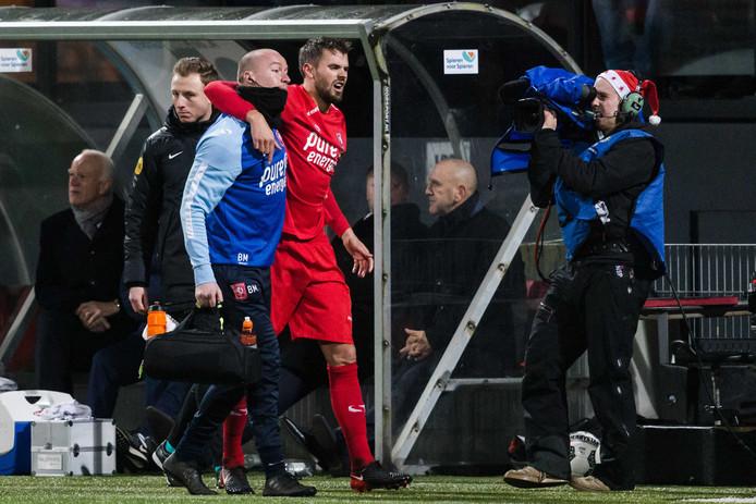 FC Twente speler Stefan Thesker verlaat in de slotfase tegen Excelsior geblesseerd het veld.