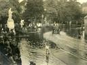 Het Walplein in Oss staat blank na een wolkbreuk in 1925. Veel Ossenaren vonden het gebeuren 'attractioneel'. De auto drasait de Molenstraat in.