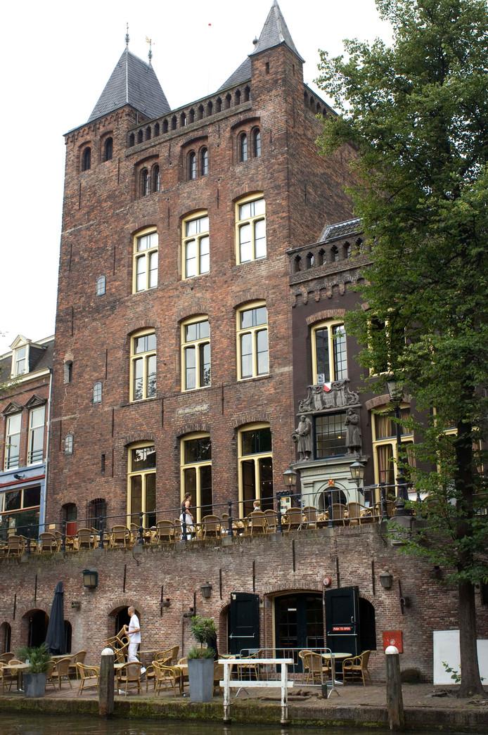 Stadskasteel Oudaen aan de Oudegracht. De man is door een plastic koepel vanaf het dak helemaal naar beneden gevallen door het trapgat.