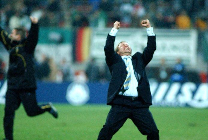Mike Snoei gaat als Vitesse-trainer uit zijn dak na de 3-3 van Emile Mbamba tegen Werder Bremen, op 14 november 2002. Nu neemt hij het als coach van De Graafschap op tegen de Arnhemse club.