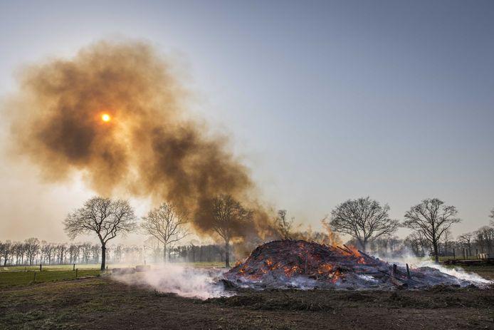 Brandende paasbult bij Espelo, eind maart. Zonder publiek en voortijdig in rook opgegaan vanwege de coronacrisis.