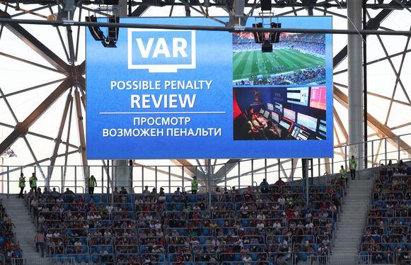 Zo kunnen de fans in het stadion een ingreep van de VAR volgen.