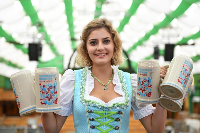 Elena presenteert de officiële bierpul van dit jaar.
