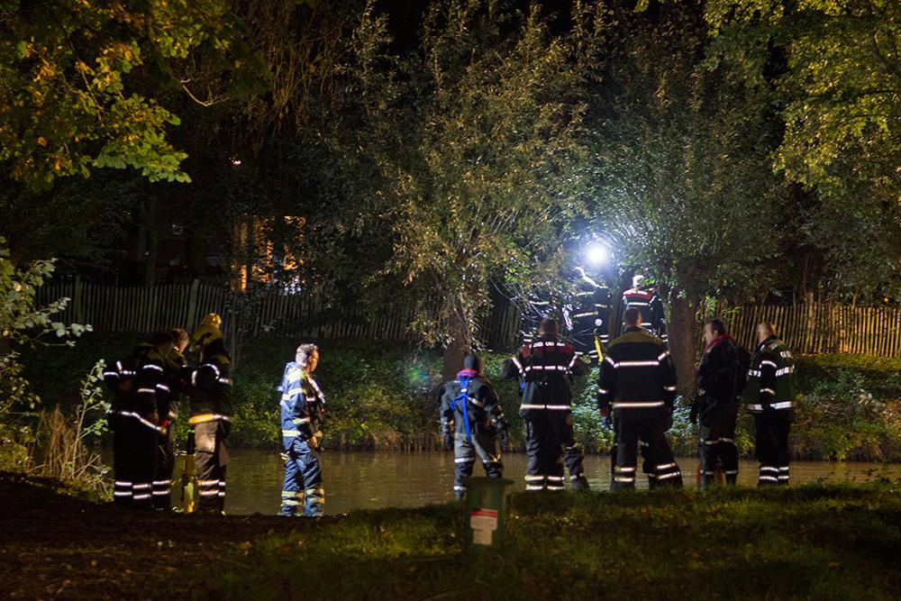 Duikers van de brandweer gaan het water doorzoeken.