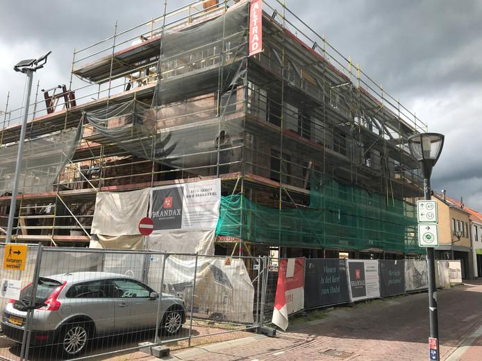 De bouw van Residentie Gravenhof in de binnenstad van Hulst, een paar maanden geleden.