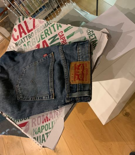 Il achète un jean sur Vinted, il arrive dans une boîte à pizza avec de la sauce piquante