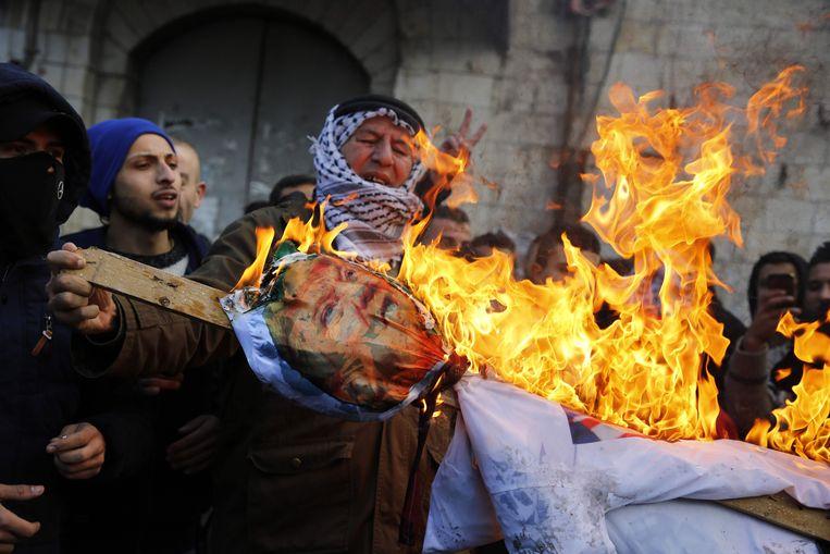 Palestijnse betogers in Nablus verbranden Trumps afbeelding uit protest tegen het erkennen van Jeruzalem als de hoofdstad van Israël.