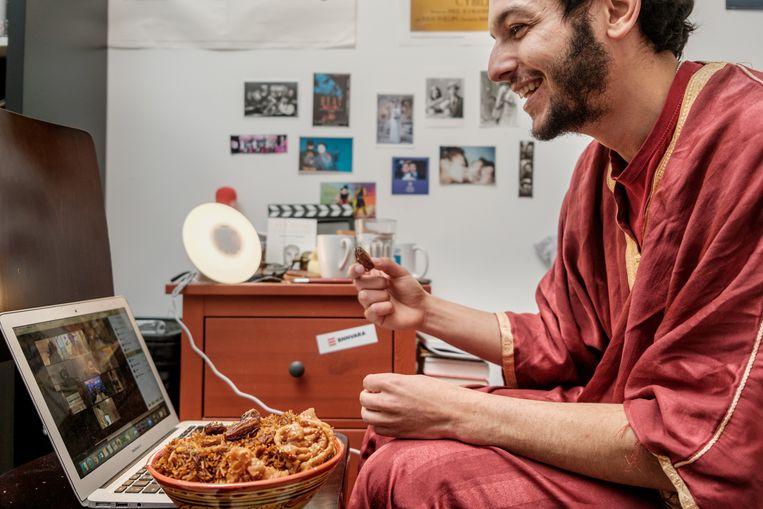 De online iftar van presentator en acteur Sahil Amar Aïssa kost hem twee dagen om voor te bereiden. Beeld Jakob van Vliet