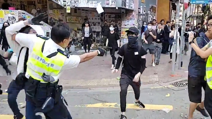 Een 21-jarige demonstrant wordt bij protesten in Hongkong neergeschoten.