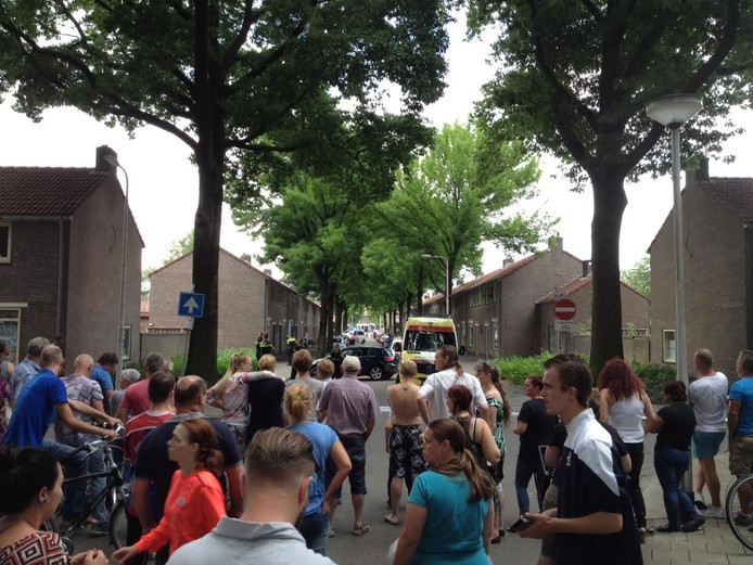 Op de kruising met het Rooseveltplein in Tilburg is de straat niet meer toegankelijk.