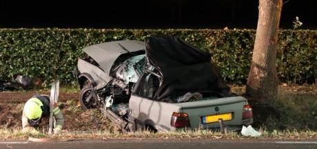 Een van de inzittenden van vannacht gecrashte cabrio overleden aan verwondingen