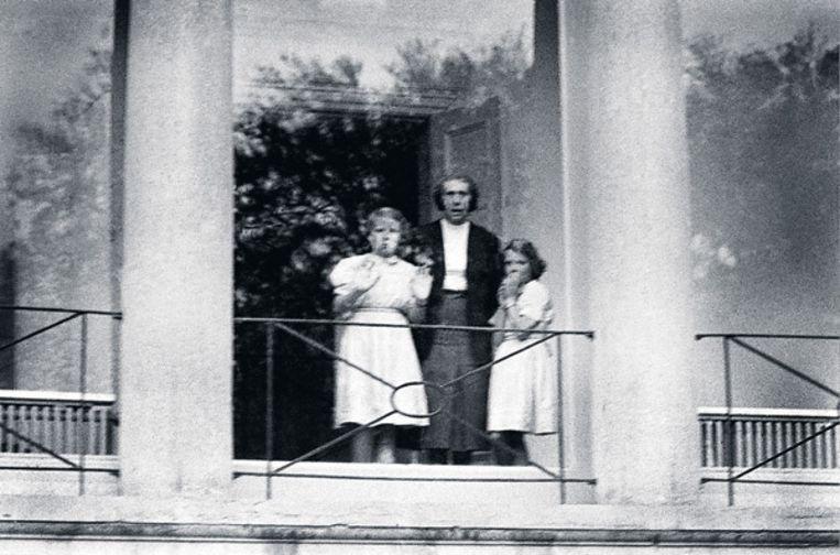 8 mei 1950: Greet Hofmans, adviseur van koningin Juliana, kijkt in gezelschap van de prinsessen Beatrix (l.) en Irene naar het defilé voor paleis Soestdijk. Foto ANP Beeld