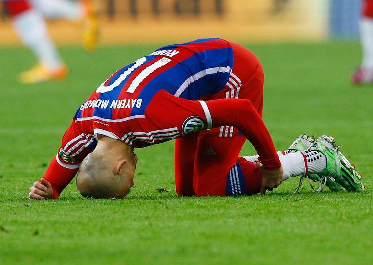 Robben grijpt naar zijn kuit in de wedstrijd tegen Borussia Dortmund. Beeld ap