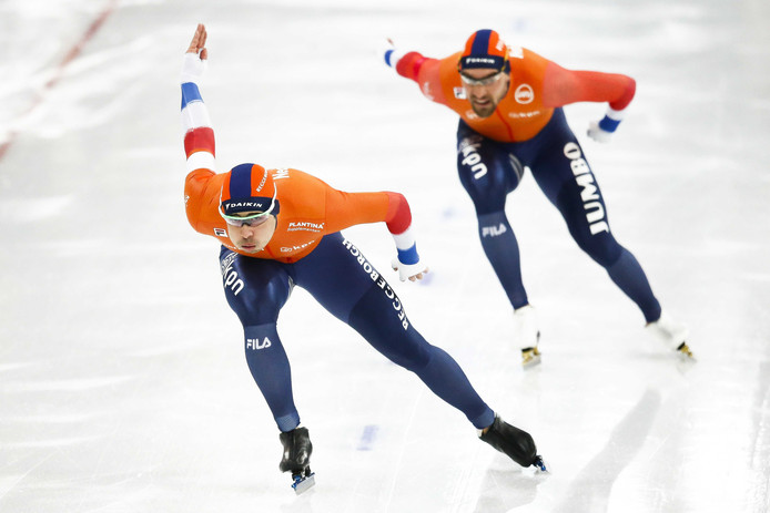 Kai Verbij (L) in actie op de 1000 meter tegen Kjeld Nuis tijdens het WK sprint in Hamar.