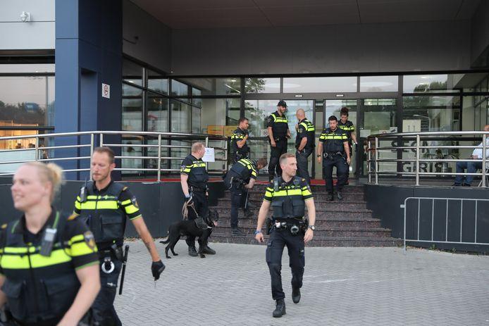 De politie was met meerdere eenheden aanwezig om de boel te sussen.
