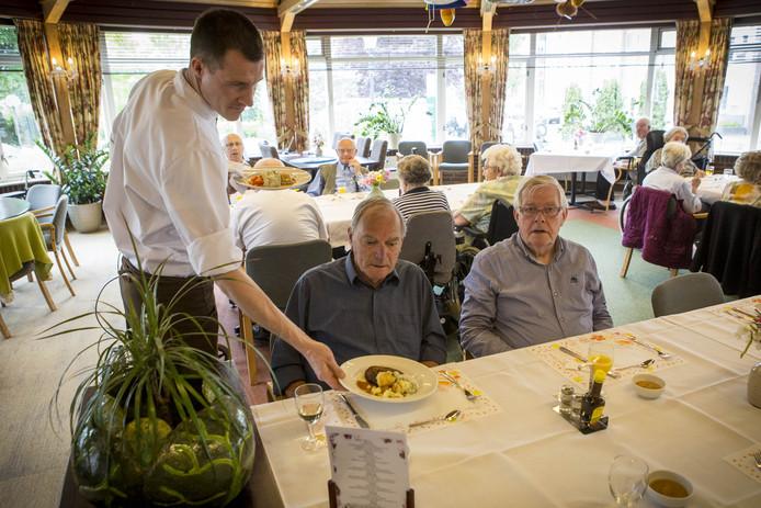 Bennie Weppel (links) en Henk Leus (rechts) zijn dik tevreden met de kookkunsten van chef-kok Gerben, die de maaltijden uit serveert.