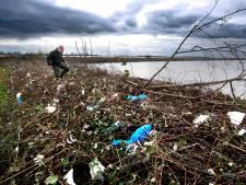 Vrijwilligers aan de slag om door plastic overspoelde Biesbosch op te ruimen