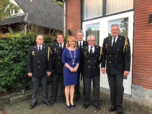 Burgemeester Marieke Moorman temidden van de vijf gedecoreerden in Nistelrode.