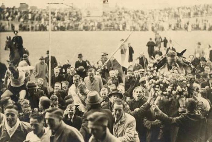 Feest bij de fans na de gewonnen wedstrijd tegen OSV.