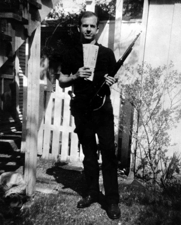 De beroemde foto van Lee Harvey Oswald. Beeld -