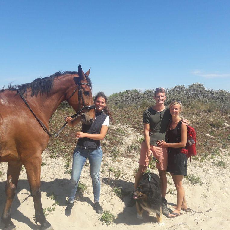 Het geredde paard New Star, Hylke Castelain en redders Jan-Pieter en zijn vriendin Stefanie.