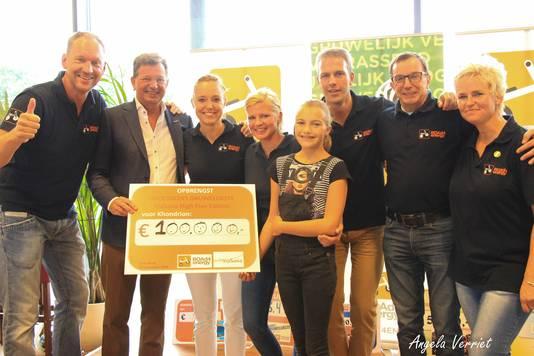 Professor Jan Smeitink ontvangt in 2016 een cheque van de jubileumeditie van Groesbeeks Gruwelijkste, uit handen van het bestuur van ROAd4energy en Anna Alsemgeest, de zus van Robbe.