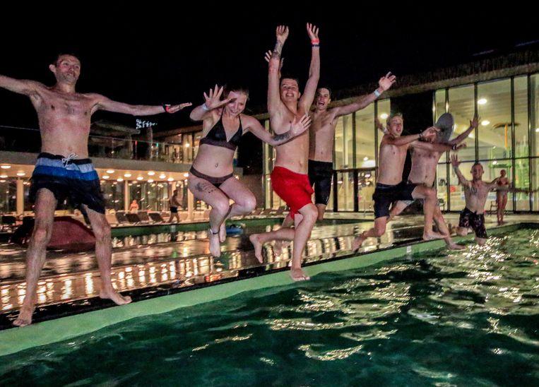 Wie verkoeling zoekt: zwembad Weide is vanavond weer tot middernacht open, de openluchtbaden en parkbar inbegrepen.