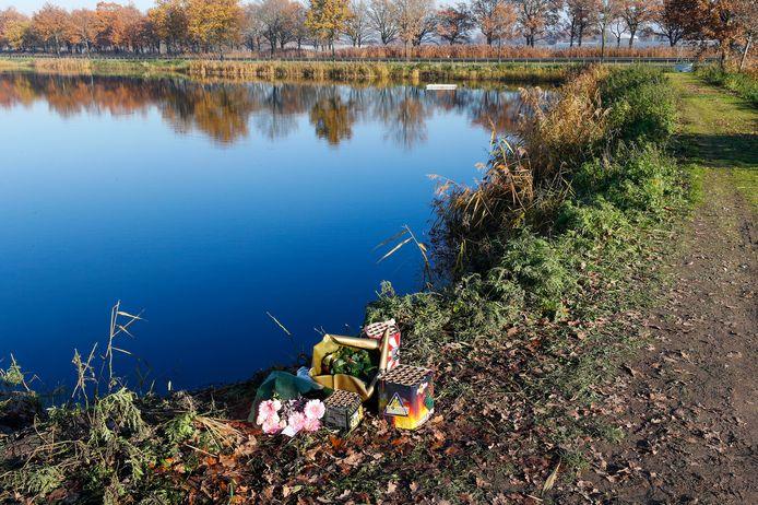 Op de plaats waar donderdagavond de twee mannen van 20 verongelukten, zijn bloemen gelegd. Ook hebben nabestaanden vuurwerk afgestoken.